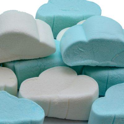 wolken spekken blauw wit
