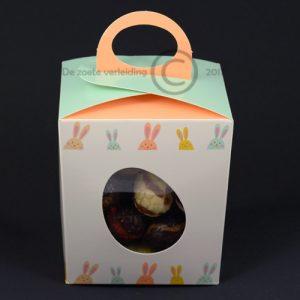 Chocolade paaseitjes in vrolijk paasdoosje
