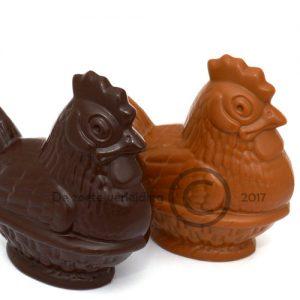 Chocolade paaskip op mandje